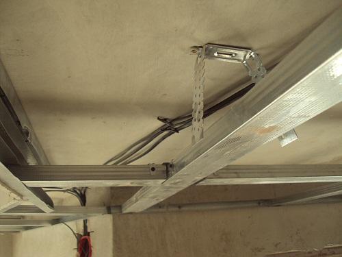 Как сделать одноуровневый потолок из гипсокартона видео
