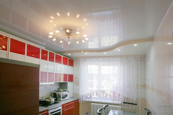 Натяжной потолок дизайн для кухни