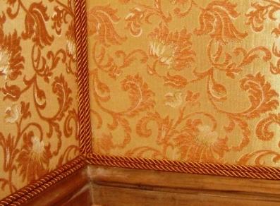 Как оклеить стену текстильными обоями