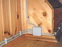 Рекомендации по обустройству открытой проводки в деревянном доме