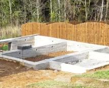 Закладка фундамента для строительства жилого дома в сельской местности или на дачном участке